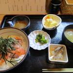兼平鮮魚店・中洲川端店 - 暫く待つと海鮮丼650円の登場、小鉢とお味噌汁まで付いて650円と言う価格設定には20食限定ながら驚かされます。