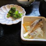 兼平鮮魚店・中洲川端店 - もう一つは魚皮を使った酢の物、丼には勿論香の物も添えられてます。