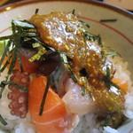 兼平鮮魚店・中洲川端店 - メインの海鮮丼には添えられたゴマダレをぶっかけていただきました。