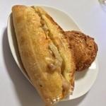 粉とクリーム - 自宅にて。惣菜パソの勇、カレーパソと、チキソとポテサラ。