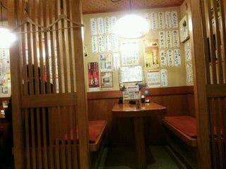楽市楽座 - 予約の1階のテーブル席、まもなく客が入ってきました。