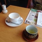 おてらCafe - 左はカフェオレのカップ、右は締めにくださる緑茶!