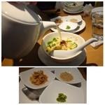 星期菜 - スープ炒飯(950円)・・二人用にシェアして出されます。こういうお気遣いは嬉しい。       炒飯を提供されてから「スープ」をかけられました。
