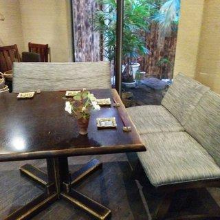 ゆったり座れるソファー、半個室の部屋で宴を