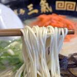 博多三氣 - 福岡県産のラー麦を100%使用したこだわり麺。 しっかりとコシがあって、のびにくいイケ麺です。