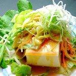 萬願亭 - 新鮮お野菜を使ったサラダ。写真は豆腐を合わせたサラダです!