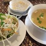 サワッディー - 初めにスープとサラダ&食後のタピオカ様が到着しスープを飲みますがこのスープが鶏ガラあっさりながらパクチーと生姜?かな効いていて結構旨かったりする(笑)