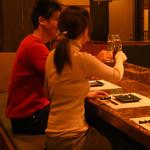 つくも - カウンター好き必見。焼ける音、香ばしい香りなど鉄板の醍醐味を堪能するならカウンター席がオススメです。料理人との距離感も居心地よく、接待やデートなど大切な人とのお食事に最適です。