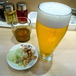 45106427 - 生ビールには炙ったチャーシューとネギのお通しがついてきた!
