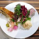 スモールワンダーランド - 前菜の盛り合わせ  サンマ、ジャガイモ、玉ねぎ、アンチョビのタルト  根セロリと蟹のリムラード  パテ・ド・カンパーニュ  カツオのカルパッチョ