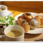 ノブ カフェ - ビュッフェにはスープとミニサラダが付く