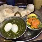 インドカレー&ナン ムンバイ - ほうれん草と卵のカレー
