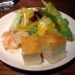 poco a poco - 小エビ(アヒージョっぽい)、サラダ、フォカッチャ