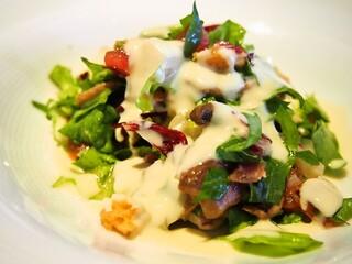 エキ ポンテベッキオ ア オオサカ - チーズフォンデュを添えたマッシュルームとじゃが芋のサラダ