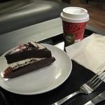 スターバックス・コーヒー - ラズベリーチョコレートケーキとソイラテ。