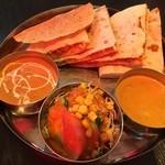 本格インド料理 MINA - 料理写真:Dランチ(シーフードカレー・チキンカレー・ひき肉ナン・サラダ・バーバル)