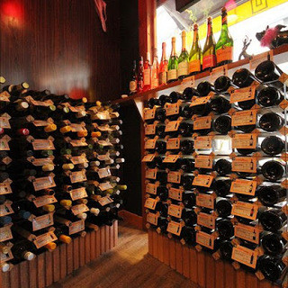 セルフスタイルで楽しむ40種類のワインが時間無制限飲み放題★