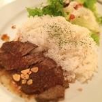 27 PARADISE CAFE - 本日のランチ☆  27ParadiceCafeランチ☆ ローストステーキライス大盛り!  生野菜をたいらげて、そこからお肉とゴハンにとりかかるヾ(*´∀`*)ノフライドガーリックのカリカリっとした食感と共にお肉を楽しみご飯を口中調味(´・ω・`)/