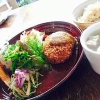 カッフェ トムテ - 長芋と青ばたおからのコロッケ(野菜たっぷりソース)