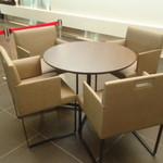 ファソラ カフェ コーヒー アンド ビアー - 4人掛け席。