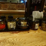 横濱家 - 「横濱家 成瀬店」卓上の調味料類