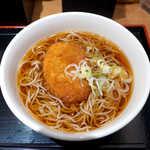 いろり庵 きらく - コロッケそば(¥390)。つゆは甘口、そばは細めで女性的な印象