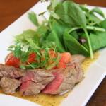 牛肉はねしたのステーキサラダ仕立て(100g)