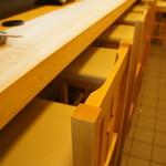 45170822 - 菊水系らしい、白木の一枚板の清々しいカウンターだけのお店です