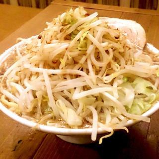 三郎ラーメンは麺大盛、野菜大盛無料で800円!