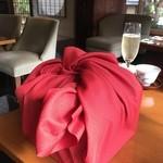 茶寮 八翠 - 2015年12月 赤い風呂敷で、包まれて登場!