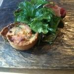 紬山荘 - 今回の前菜はベーコンとほうれん草のキッシュと生ハムのサラダでした。