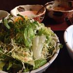 仁亭 - 山盛りサラダとドレッシング二種