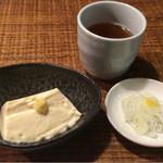 そば 月山 - セットのお豆腐と鴨汁用の白ネギ