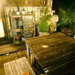 金魚CAFE - 外のテーブルは喫煙可