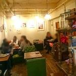 金魚CAFE - アート展示のある店内