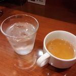 45197973 - セットのスープと冷水