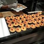 45198346 - 店内の工房で焼き上がったチーズケーキたち