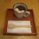 山口妙香園 - 豆乳くず湯:抹茶味の豆乳くず湯にあんこと白玉をトッピングしたあったかスイーツです