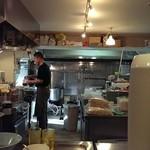 麺通 - 厨房をパチリ