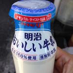 マイルドショップイシイ - ドリンク写真:明治おいしい牛乳の牛乳販売店専門仕様品180ml@135円