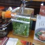 うま屋 - 卓上には紅ショウガ、辛子味噌の他にねぎもあります