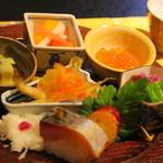日本料理 鎌倉山倶楽部 - 料理写真:八寸 ①鯖寿司 ②菊花蕪 ③アワビ茸の酢味噌和え ④柿なます ⑤いくら ⑥ワカサギの南蛮づけ ⑦白子のポン酢ジュレ掛け ⑧サツマイモの黄味掛け焼き