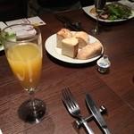 銀座イタリアン ORIGO - 昼からミモザ!       パンも美味しい。