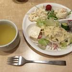 45218961 - 食べ放題のサラダ、スープ