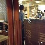 ビストロ K - こじんまりとした店内は予約席で満席だった。