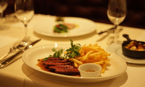 ブラッスリー アミカル - 牛ハラミのステーキとフレンチ・フライ