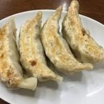 南京亭 - 手作りジャンボ餃子¥399。