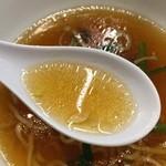 南京亭 - 鶏ガラベースの清湯スープ。