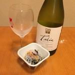 つぼ八 - ボトル白ワイン1188円、お通し194円です。