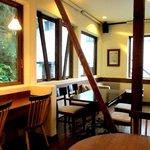 パインツリーカフェ - 木と漆喰で暖かみのある店内!